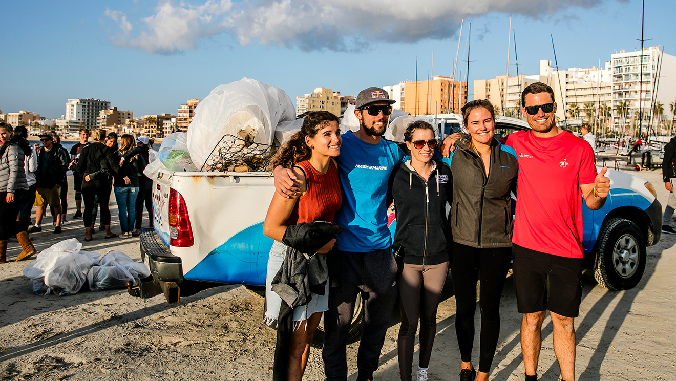 Martine Grael, Yago Lange, Hannah Mills, Kahena Kunze and Iago Lopez Marra organised the beach clean.